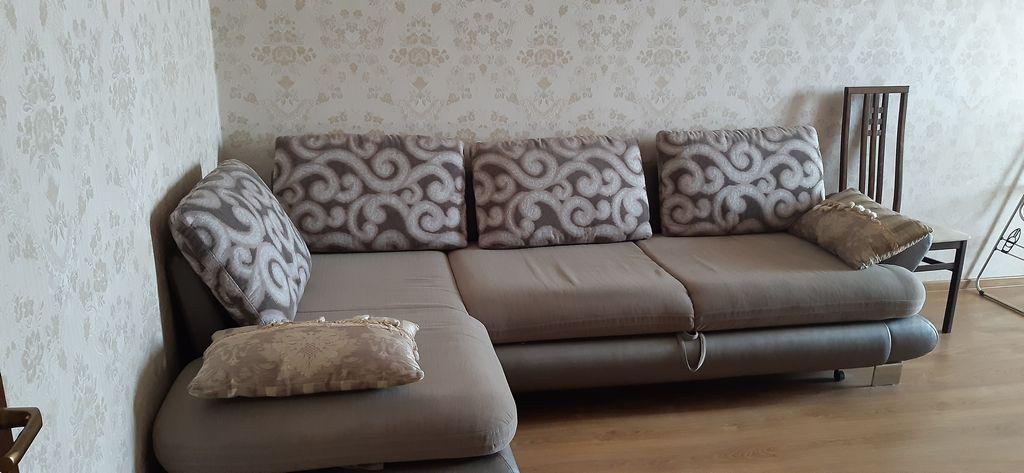 2хспальный диван в комнате